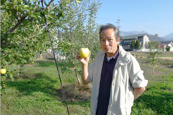 シナノゴールドを持った笑顔の片桐果樹園メンバー